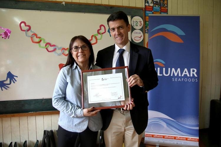 Blumar entregó certificado obtenido en los Premios Latinoamérica Verde a la Escuela Rural Mañihueico