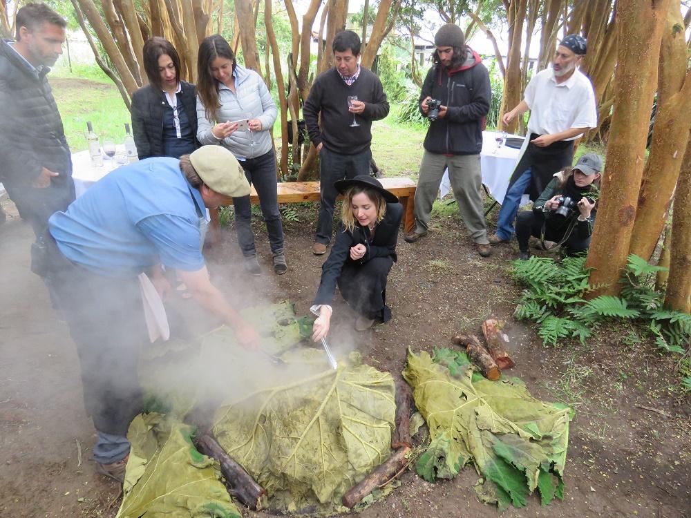 Con degustación de curanto típico: chef estadounidense valoró proceso y bondades del mejillón chileno