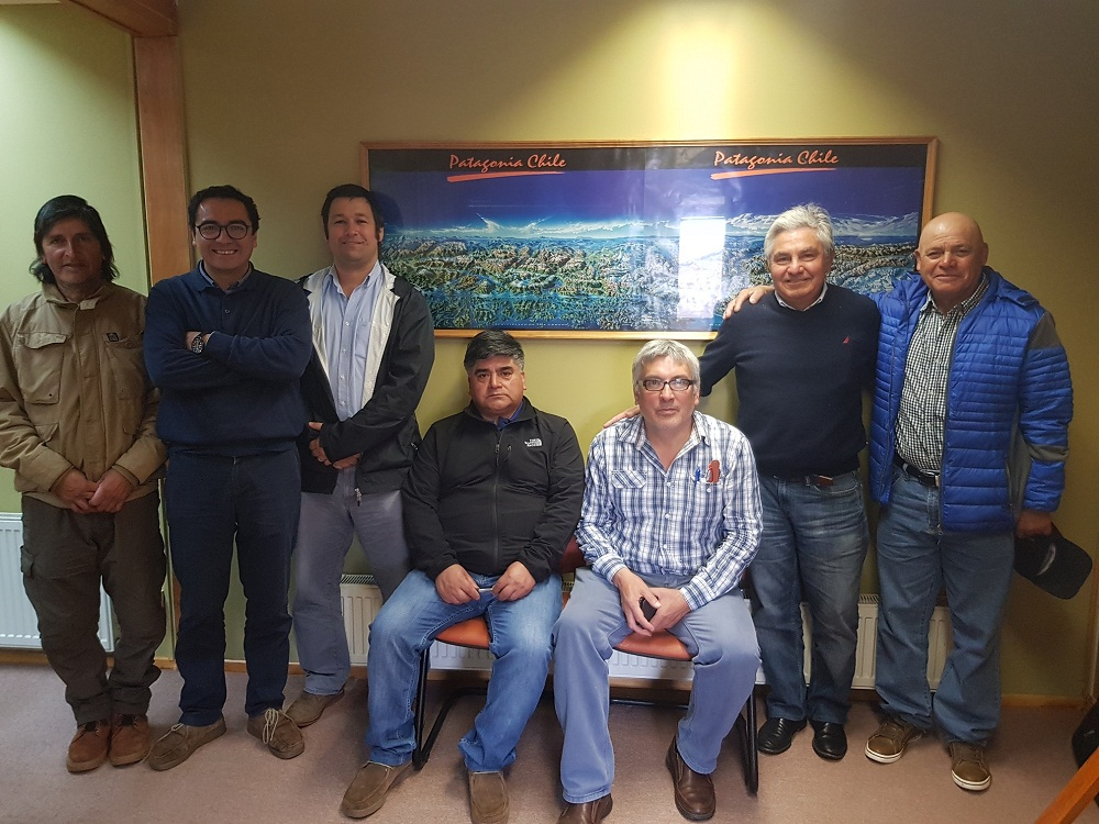 SalmonChile firma acuerdo con pesca artesanal para limpieza de playas del litoral de la región de Aysén
