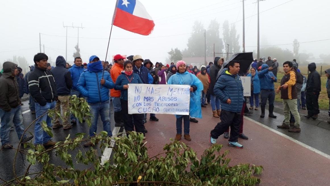 Chiloé: macheros de Cucao bloquean Ruta 5 Sur en protesta por bono de marea roja