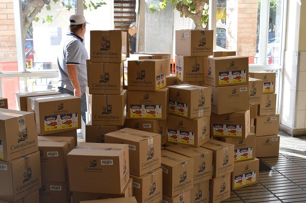Camanchaca entrega 9 toneladas de conservas en Coronel y Tomé y aporta con equipo de sanitización
