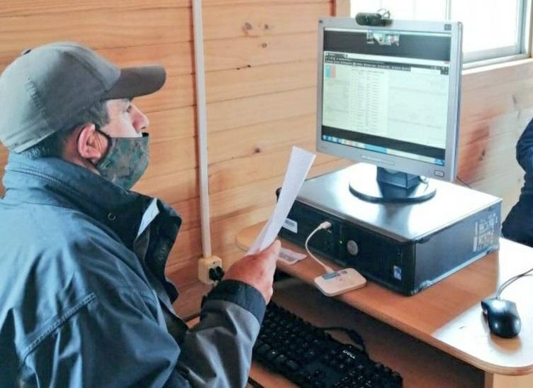 Con computador operado remotamente Sernapesca facilita cumplimiento normativo en caleta pesquera de Ñuble